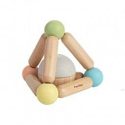 Triángulo sonajero color pastel de Plan Toys.